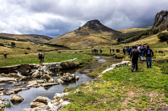 La respuesta de las comunidades que protegen las lagunas sagradas en lo alto de la montaña no se ha hecho esperar. Realizan dos inspecciones por mes, durante las cuales han expulsado trabajadores y maquinaria de la zona.