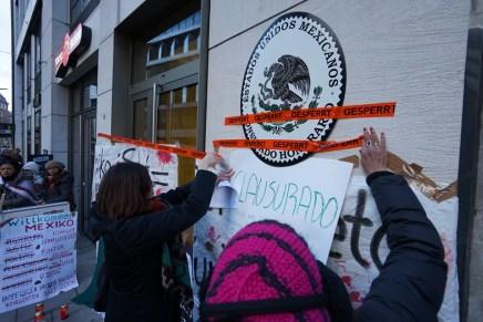 Clausura del Consulado de México en Hamburgo, en solidaridad con Ayotzinapa