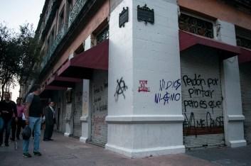 Esquina de 5 de mayo y Filomeno Mata en el centro de la Ciudad de México. Fotografía: Sari Dennise