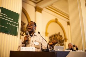 Nnimmo Bassey durante la presentación del caso «Evidencias del Cambio Climático y falsas soluciones». Por cada grado que aumente la temperatura de nivel global, en África se incrementaría un 50% más. En 2012 se produjeron inundaciones en Nigeria que provocaron la reubicación de 6 millones de habitantes. Foto: Juliana Bittencourt