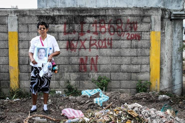 El dolor y la indignación de las madres frente a las fosas comunes de Juchitán de Zaragoza, Oax.. Fotografía: Valentina Valle