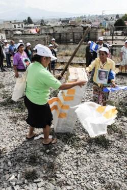 Las madres distruyen simbolicamente una barra de concreto en un acto de protesta contra esta medida de contimiento de la migración inútil y dañina. Apizaco, Tlaxcala. Fotografía: Valentina Valle