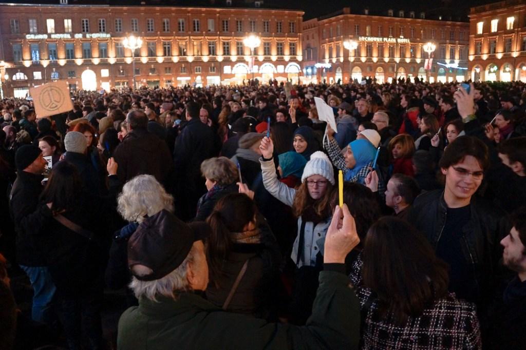 Se alzaron lápices en signo de protesta y a favor de la libertad de expresión
