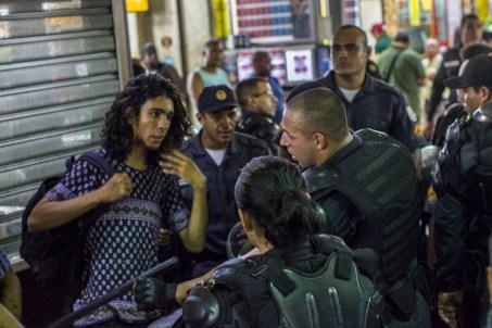 Un grupo de manifestantes se dirigió a la Estación Central de Rio de Janeiro al finalizar la protesta. En el lugar la policía inhibió cualquier tipo de manifestación pública; ahí mismo persiguió y detuvo sin justificación a jóvenes. Foto: Aldo Santiago