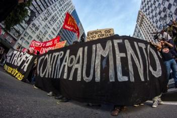 Demanda. La insistencia en el rechazo al alza de la tarifa en el transporte público permanece en un amplio sector de la población. Foto: Aldo Santiago