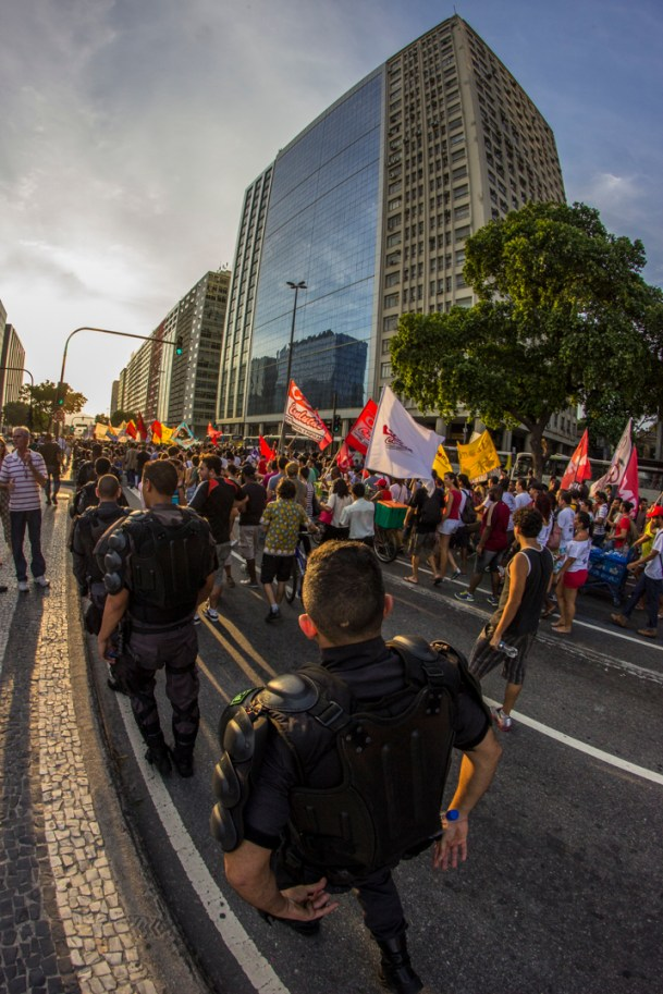 Acoso. Durante todo el trayecto de la marcha la policía militar mantuvo cercado el contingente. Foto: Aldo Santiago