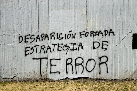 Pinta realizada en la marcha de la 8va Acción Global por Ayotzinapa, el 26 de enero de 2015, a 4 meses del ataque dirigido a estudiantes normalistas en iguala, por parte de fuerzas del estado, dando como resultado 6 muertes y 43 desapariciones forzadas. Fotografía: Regina López
