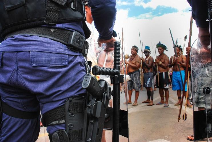 La policía militar en todo momento estuvo protegiendo las sedes de los tres poderes de la nación brasileña contra los indígenas. Fotografía: Santiago Navarro F.