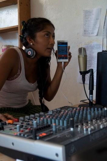 Chela en una transmisión de Radio Zapata. Fotografía: Ingrid Fadnes