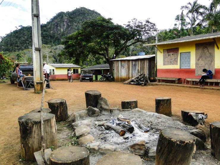 Círculo de fuego donde realizan sus ceremonias los tupinambá de Sierra do Padeiro. Fotografía: Santiago Navarro F.