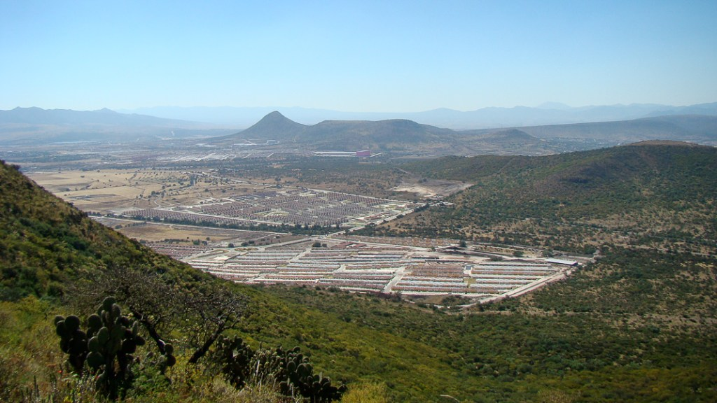 Conjunto Ara parcialmente abandonado amenaza con invadir tierras de uso común de Apaxco. Foto: Jerónimo Díaz