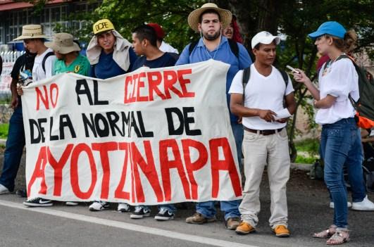 Estudiantes protestan el posible cierre de Ayotzinapa
