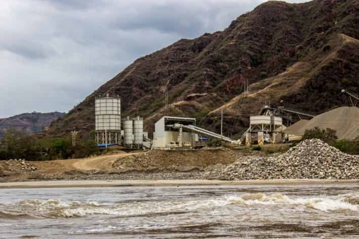 La energía generada por las centrales hidroeléctricas generalmente no dejan beneficio económico, ni de abastecimiento del servicio eléctrico en mejores condiciones para las familias que padecen las afectaciones de su construcción.