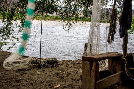 Las redes de los pescadores se dañan fácilmente en los afluentes del río Magdalena debido a los residuos sólidos y de materiales que se han vertido en el cauce.