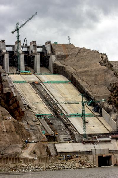 La empresa Emgesa, Endesa, pasó de un presupuesto de 837 millones de dólares para la construcción de la obra a 1.093 millones, por un sobrecosto en el rubro de las compensaciones sociales y ambientales e incrementos de rediseño que se ha tenido que hacer de acuerdo a la realidad que se impone sobre el proyecto.