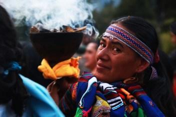 Dirigente de la CONAIE con el saumerio purificando la energía negativa posible en la marcha del 13 de agosto.