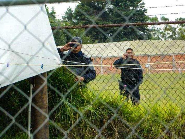 Policías y granaderos intimidando a los manifestantes escondiéndose tras la malla. Fotografía: Anaelia Carro