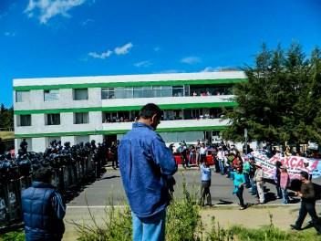 Manifestantes realizan un pequeño mitin a cierta distancia de granaderos que custodian la USET. Fotografía: Anaeli Carro