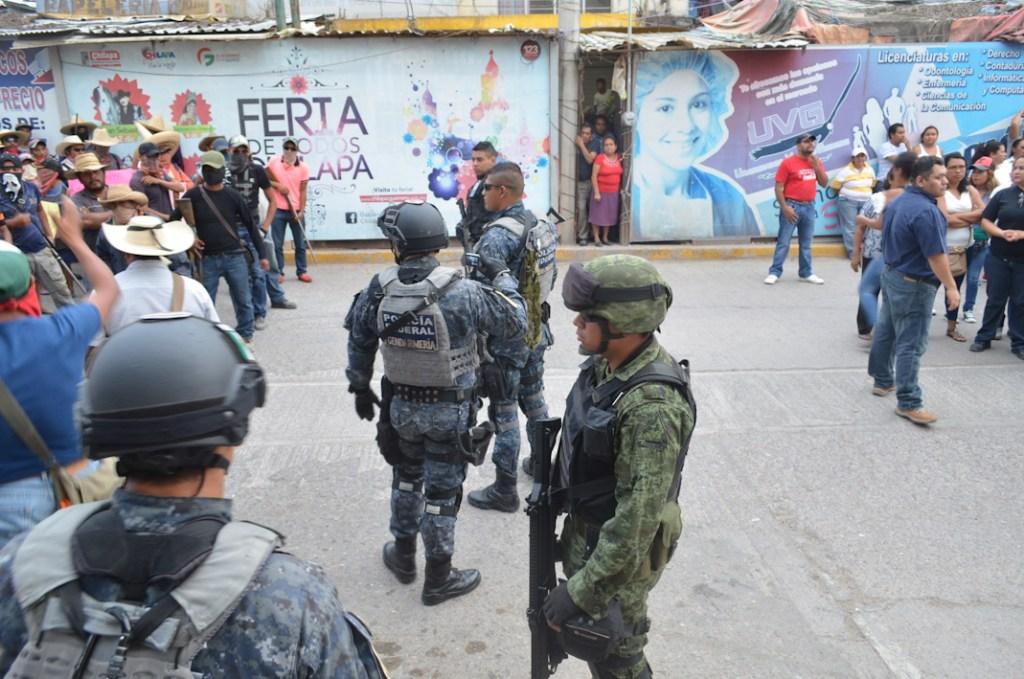 Ejercito y gendarmería presencian incursión armada de grupos ligados al crimen organizado. Cabecera municipal de Chilapa Guerrero. Mayo 2015. Fotografía: José Luis Santillán