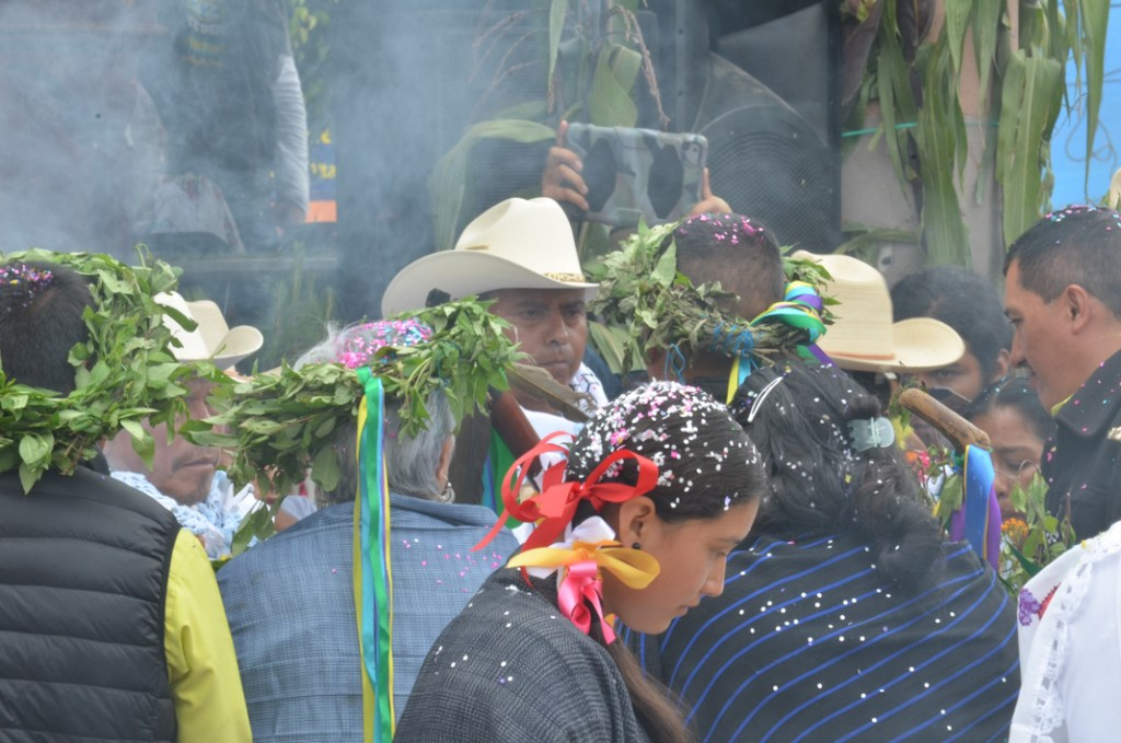 Entrega del bastón de mando, al nuevo Consejo Mayor. Toma de protesta del segundo Consejo Mayor en Cherán K'eri. Michoacán. 1 de Septiembre del 2015. Fotografía: José Luis Santillán
