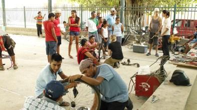 El taller Tecnologías Socialmente Apropiadas comparte herramientas con la comunidad para fortalecer el caminar de la lucha ante el capitalismo que todo lo mercantiliza. Fotografía César Andrade