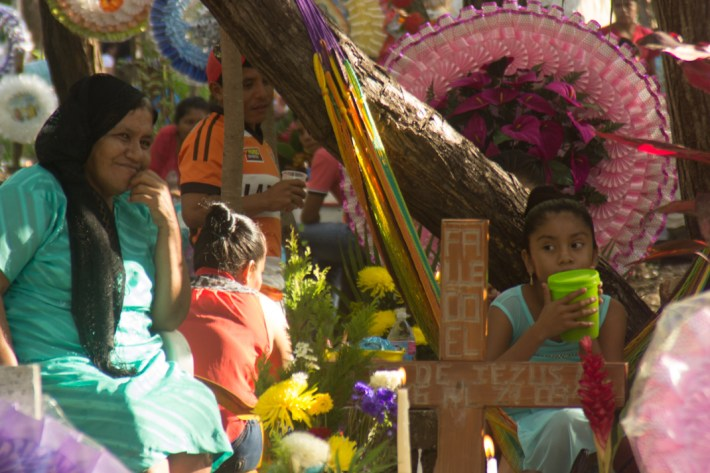 Fotografía por Elis Monroy. Panteón de la Ticla, Ostula, Michoacan, 2 de noviembre de 2015