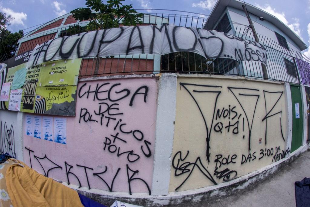 18 novembro 2015. Estudantes de duas ocupações escolares em Osasco, São Paulo. A escola Heloisa de Assumpção resistiu na manha da quarta feira a uma tentiva de reintegração de posse contra os estudantes que ocuparam há uma semana atrais como parte das protestas contra o plano de reorganização escolar proposto pelo governo estadual. Os estudantes da escola Antonio Sampaio, na mesm cidade ao oeste da capital paulista, se organizam em seu terceiro dia de ocupação.
