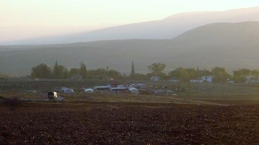 La comunidad Al-Hadidiya ha sido demolida 6 veces. Atrás se mira un asentamiento israelí. Fotografía: Susana Norman