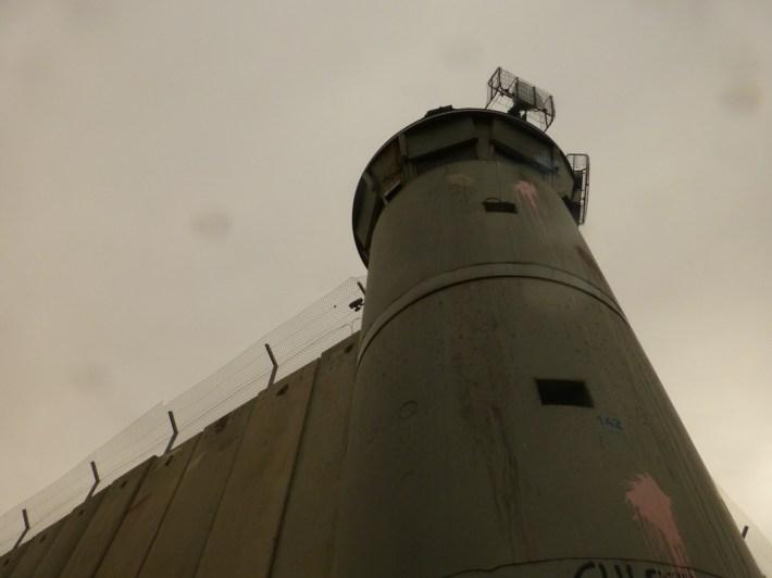 Torre de vigilancia en el muro cerca de Belén, justo enfrente del campamento de refugiados de1948, Aida. Fotografía: Susana Norman