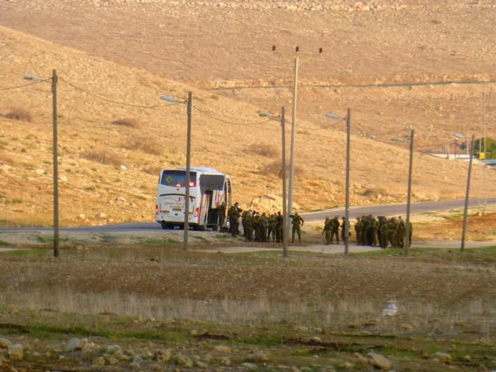 Un autobús con soldados israelíes penetra el territorio de Al-Hadidiya, y comienza el adiestramiento del día. Fotografía: Susana Norman