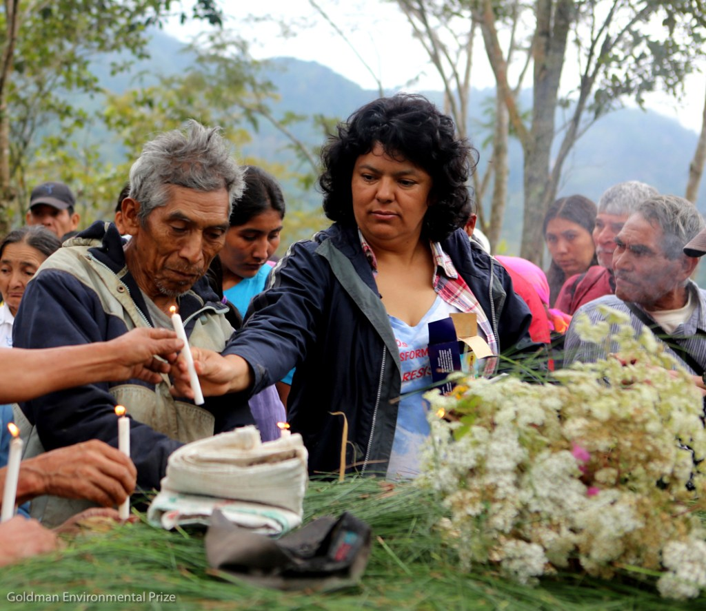 Berta Cáceres en la región de Río Blanco, al oeste de Honduras donde ella, la COPINH y los habitantes de la región, sostuvieron una lucha durante dos años contra la construcción de la hidroeléctrica Agua Zarca, la cual habría afectado el medio ambiente, en eespecífico el río y a la población lenca que habita ahí. Ella se encuentra en un homenaje a uno de los miembros de la comunidad asesiando en esos dos años de lucha. Fotografía: Berta Caceres 2015 Goldman Environmental Award Recipient.
