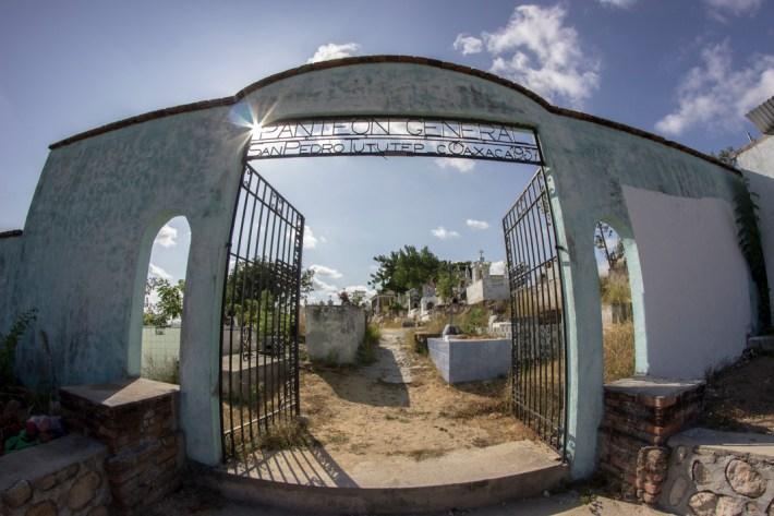 Aspectos del panteón de San Pedro Tututepec. Por Aldo Santiago.