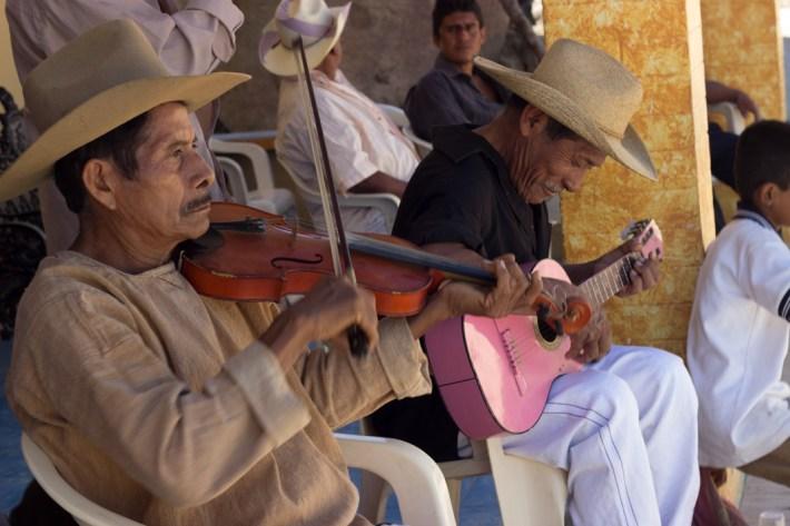 Baile de «Los Tejorones». Aspectos del carnaval en Santa Maria Jicaltepec, en la región de la Costa Chica de Oaxaca. Por Elis Monroy.