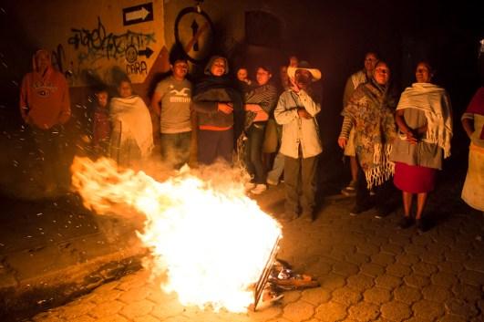 El rondín recorre las diferentes fogatas del barrio. A diferencia de este, las fogatas pasaron a formar parte de la estructura del gobierno comunal, después del levantamiento.