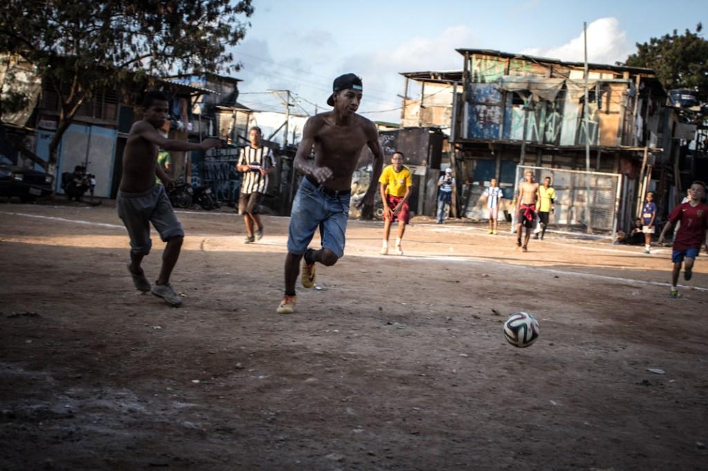 Partido de fútbol en una favela de São Paulo. Fotografía: Heriberto Paredes
