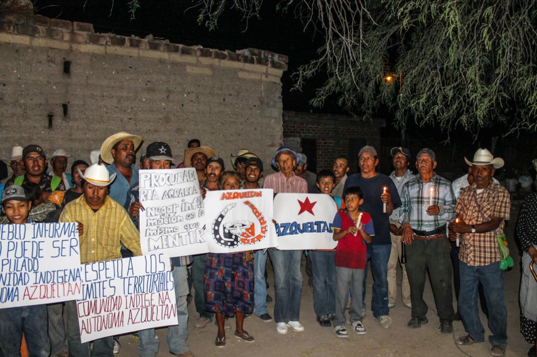 La comunidad con el CNI. Foto: Carlos Mireles y David Flores Magón