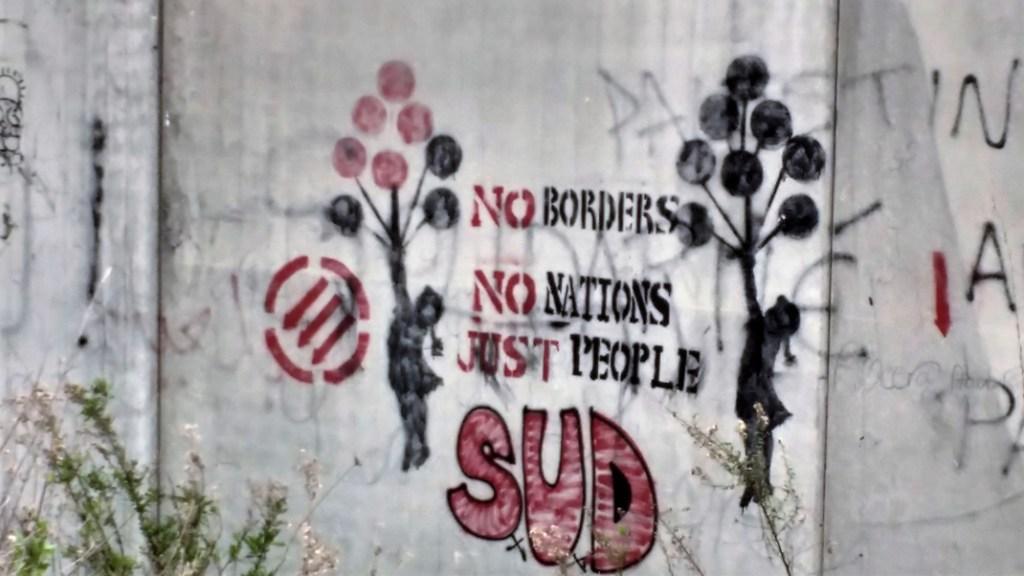 El muro del apartheid se ha llenado de murales de resistencia. Aquí una reproducción de Banksy, quien varias veces ha pintado el muro, cerca de Belén y Ramala. Foto: Susana Norman