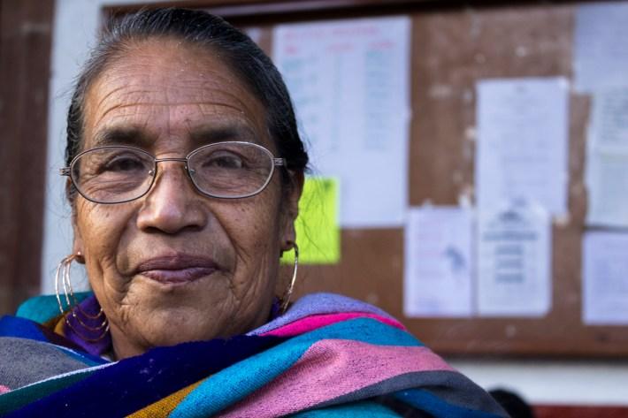 Doña Imelda, una de las mayores que transmite a las siguientes generaciones sus conocimientos p'urhépechas de medicina tradicional y de la vida en general. Por Regina López.