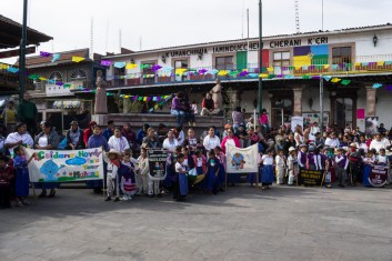 La comunidad atenta durante el acto cívico. Por Regina López.