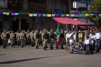 El saludo a la bandera p'urhépecha, con el puño izquierdo levantado. Por Xilonen Pérez.