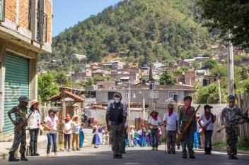 Niños y niñas representan a la Ronda Comunitaria durante el desfile del 5to aniversario del levantamiento en defensa de los bosques. Por Xilonen Pérez.