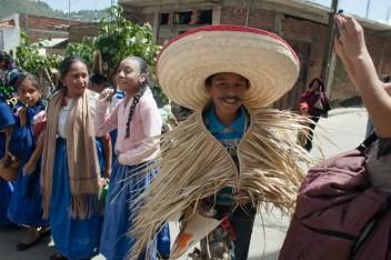 Niñas y niños representan la fiesta del «Corpus Christi» durante el desfile del 5to aniversario del levantamiento. Por Romeo LopCam.