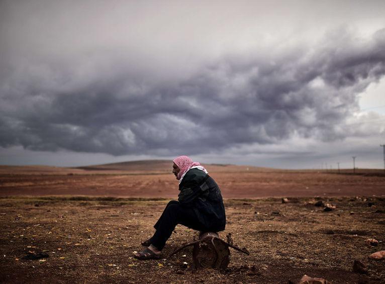 Un refugiado kurdo, en la ciudad Mursitpinar en Turquía, espera noticias sobre Kobane. CC By ARIS MESSINIS.