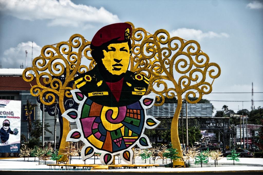 """Hugo Chavez """"Emplumado"""". Fotografía: SubVersiones"""