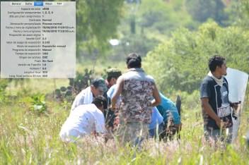 [Foto 13] 11:26: 53 a.m. Debido al peso del cuerpo, más personas se unen para auxiliar a Yalid.