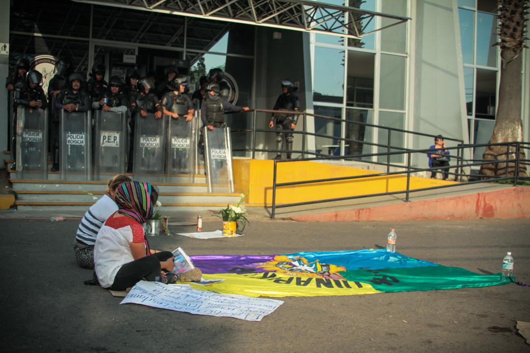 Protesta a las afueras de la PGJEM donde se encontraban privados de su libertad los comuneros de Arantepacua, los familiares de los comuneros denunciaron; «No nos quieren dar información, no sabemos dónde están nuestros familiares, ni como están, dicen que ya se los llevaron a mil cumbres». Foto: Cristian Leyva