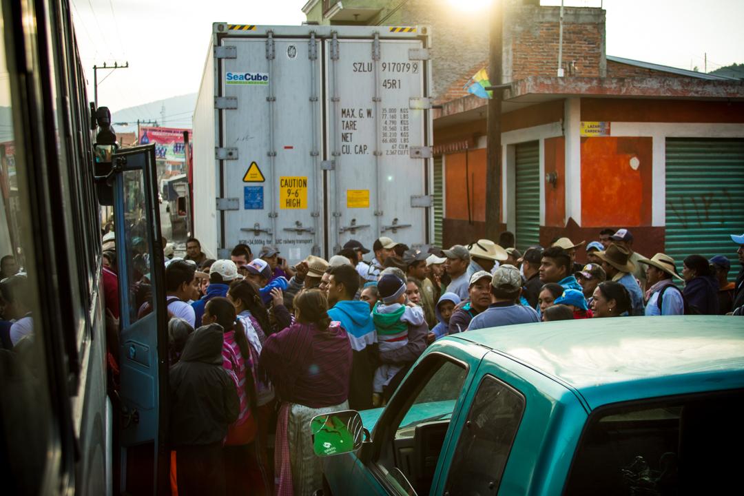 Arriban a Arantepacua los 37 comuneros que habían salido 3 días a tras de esa misma plaza a realizar una diligencia por mandato de su asamblea. Sus familiares les reciben con alegría y lágrimas, las calles de su comunidad están llenas aun de cientos de casquillos percutidos, centenas de vidrios rotos y 4 pobladores asesinados. Foto: Cristian Leyva