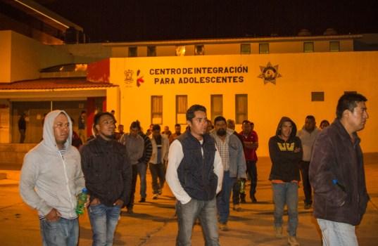 Salida de los 37 comuneros después de la audiencia que determinara su proceso jurídico para continuarlo en libertad bajo caución, a las 4 de la madrugada pudieron ver a sus familiares a las afueras del Centro de Integración para Adolecentes de Morelia. Foto Cristian Leyva