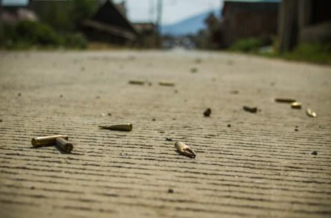 08/04/2017. Avenida 20 de noviembre, vialidad principal de Arantepacua donde los casquillos de bala aun continuaban como parte de la incursión armada de las fuerzas de seguridad pública. Fotografía: Cristian Leyva