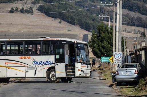 08/04/2017. Entrada a la población de Arantepacua desde este punto y hasta el centro del pueblo podían observarse por lo menos 15 autobuses y tráileres que supuestamente fueron el pretexto para la incursión armada, sin embargo ahí los dejaron, excepto una unidad. Fotografía: José Luis Santillán